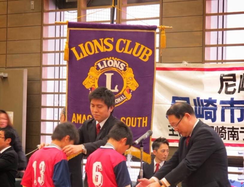 地元のサッカー大会の表彰式に参加
