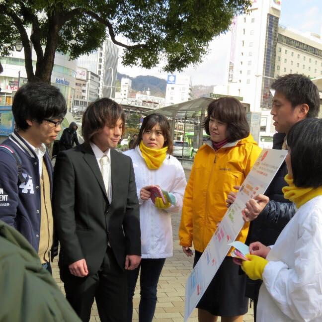 神戸マルイ前でVOICE ACTIONの署名運動