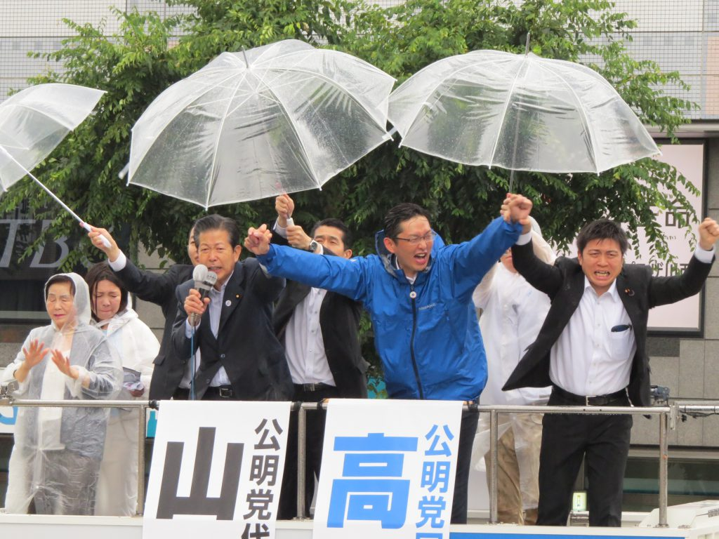 雨の中、街頭演説